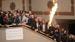 Jordanian legal-eagles burn the Israeli flag at Amman's Palace of Justice and call for Daqamseh's release